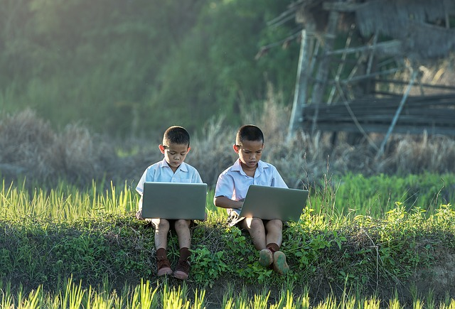 děti hrající na notebooku.jpg