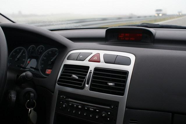 palubní deska automobilu, jde vidět malý displej, klíče, kousek volantu, budíky