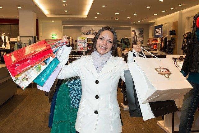 Veselá žena na nákupech
