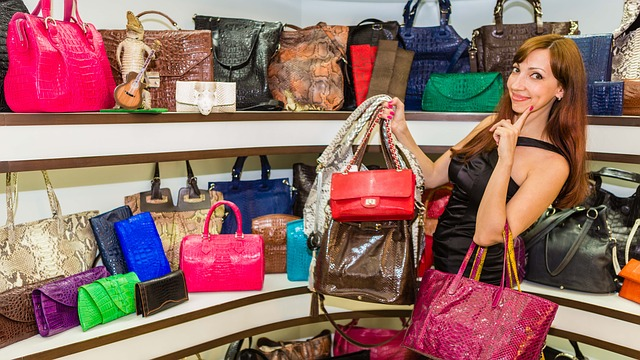 žena v obchodě s kabelkami